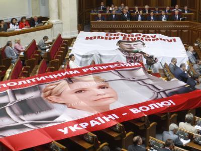 Abgeordnete des Timoschenko-Blocks protestieren am 06.11.2011 im ukrainischen Parlament gegen die Inhaftierung der Ex-Regierungschefin. Foto: ITAR-TASS / Vladimir Sindeyev