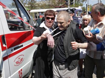 Er hat überlebt: Einer der Verletzten von Dnjepropetrowsk wird zum Krankenwagen gebracht. Foto: Nikolay Myakshykov