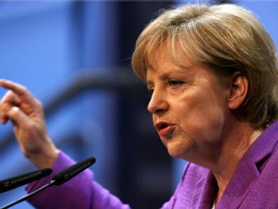 Ist sich noch nicht sicher, ob sie zur Fußball-EM in die Ukraine fliegt: Bundeskanzlerin Merkel. Fotos: Francois Lafite/Archiv