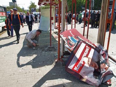 Tatort in Dnjepropetrowsk: Die Wucht der Detonation zerstörte komplett die Scheiben an der Bushaltestelle. Foto: Nikolay Myakshykov