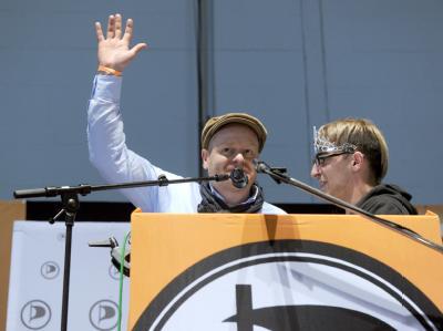 Der neue Parteivorsitzende Bernd Schlömer bedankt sich nach seiner Wahl bei den Parteimitgliedern. Foto: Marcus Brandt