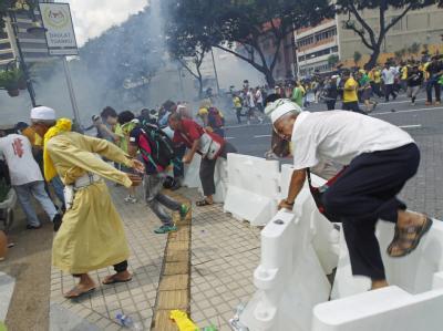 Wasserwerfer und Tränengas gegen Demonstranten in Kuala Lumpur, die freie und faire Wahlen fordern. Foto: Ahmad Yusni