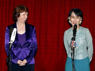 Die EU-Außenbeauftragte Catherine Ashton hat mit Oppositionsführerin Aung San Suu Kyi eine neue EU-Vertretung in der Hafenstadt Rangun eröffnet. Foto: Nyein Chan Naing