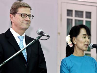 Außenminister Guido Westerwelle bei einem Treffen mit Friedensnobelpreisträgerin Aung San Suu Kyi in Rangun. Foto: Nyein Chan Naing