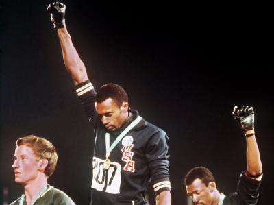Tommie Smith (M) und John Carlos nutzten 1968 in Mexiko die Olympia für die schwarze Bürgerrechtsbewegung als Plattform. Foto: dpa