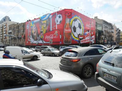 Sponsor Coca-Cola wirbt anlässlich der UEFA Euro 2012 Fußball-EM Polen-Ukraine in Kiew auf dem Boulevard Kreschatik. Foto: Jens Kalaene/Archiv