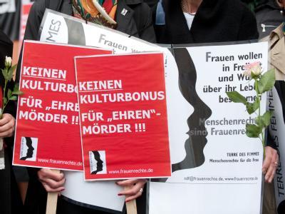 Demonstrantinnen vor dem Landgericht in Detmold. Foto: Bernd Thissen