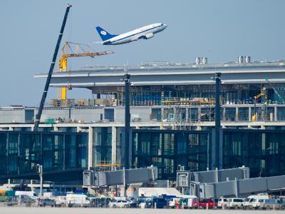 Ein Passagierflugzeug startet hinter dem neuen Terminal am Flughafen Berlin Brandenburg in Schönefeld (Dahme-Spreewald). Foto: Patrick Pleul/Archiv