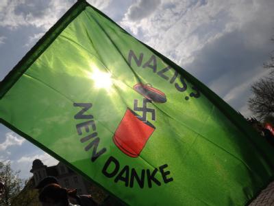 Demonstration gegen eine NPD-Kundgebung in Neumünster. Ein breites Bündnis von Parteien, Gewerkschaften und Verbänden hat zu Protestkundgebungen gegen die Versammlung der NPD aufgerufen. Foto: Marcus Brandt