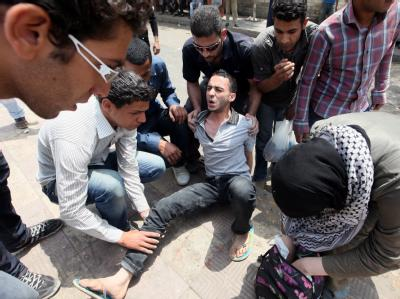 Ein Verletzter der Straßenschlacht vor dem Verteidigungsministerium wird versorgt. Foto:  Khaled Elifiqi