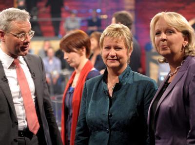 Die Spitzenkandidaten für die Landtagswahl in NRW, Röttgen (l-r, CDU), Löhrmann (Grüne) und Ministerpräsidentin Kraft (SPD) stehen in Mönchengladbach nach der Wahl-Arena im Fernsehstudio. Foto: Marius Becker