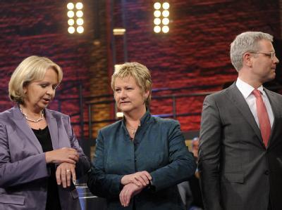 Ministerpräsidentin Kraft (SPD), Sylvia Löhrmann (Grüne) und Bundesumweltminister Röttgen (CDU, v.l.) vor dem TV-Duell. Foto: Marius Becker/Archiv