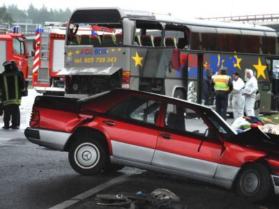 Bei dem verheerenden Busunglück nahe Berlin im September 2010 starben 14 Menschen aus Polen, mehr als 30 wurden verletzt.  Foto: Patrick Pleul