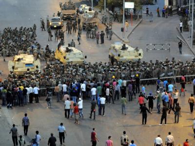 Ägyptische Sicherheitskräfte sperren nach blutigen Zusammenstößen zwischen Demonstranten und Polizei die Straßen um das Verteidigungsministerium. Foto: str