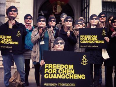 Aktivisten von Amnesty International demonstrieren für den chinesischen Bürgerrechtler Chen Guangcheng in London. Foto: Amnesty International