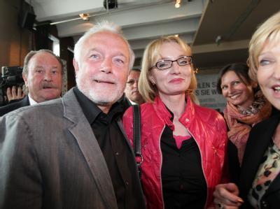 Wolfgang Kubicki (FDP) und seine Frau Annette Marberth-Kubicki begrüßen nach Bekanntgabe der ersten Prognosen zur Landtagswahl Schleswig-Holstein Parteifreunde. Foto: Ulrich Perrey
