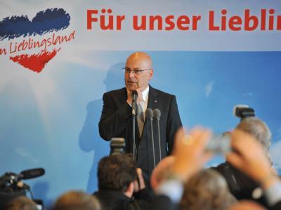 Der SPD-Spitzenkandidat für die Landtagswahl, Torsten Albig (M), spricht nach Bekanntgabe der ersten Hochrechnungen zur Landtagswahl Schleswig-Holstein zu seinen Parteifreunden. Foto: Bernd von Jutrczenka