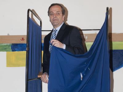 Größer als die Wahlkabine: Antonis Samaras. Foto: Nikitas Kotsiaris