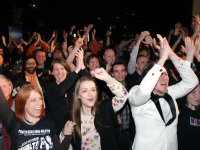 Mitglieder der Piratenpartei jubeln in Kiel nach Bekanntgabe der ersten Prognosen zur Landtagswahl in Schleswig-Holstein. Foto: Daniel Bockwoldt