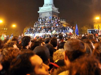 Im siebten Himmel: Mit einer Riesensause wird am Sonntagabend auf dem geschichtsträchtigen Pariser Bastille-Platz gefeiert. «Sarko ist am Ende», jubeln die Anhänger Hollandes im Champagner-Rausch. Foto: Nicolas Bouvy