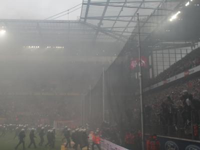 Auseinandersetzungen wie diese zwischen Fans und Ordnungskräften beim Bundesliga-Spiel zwischen dem 1. FC Köln und FC Bayern München beschäftigen die Innenminister der Länder. Foto: Rolf Vennenbernd