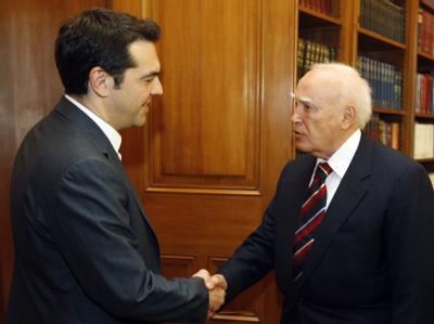 Alexis Tsipras beim Treffen mit Griechenlands Präsident Karolos Papoulias. Foto: Simela Pantzartzi