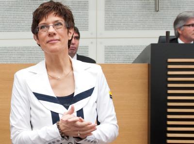 Diesmal ging alles glatt: CDU-Ministerpräsidentin Kramp-Karrenbauer ist von der großen Koalition im Saarland gewählt. Foto: Oliver Dietze
