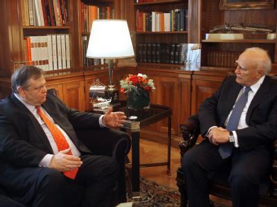 Staatspräsident Karolos Papoulias (r.) beauftragte den Parteichef der Sozialisten, Evangelos Venizelos, mit Sondierungsgesprächen. Foto: Alexandros Beltes