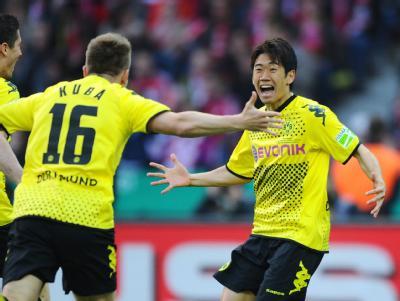 Shinji Kagawa (r) traf schon in der dritten Minute für den BVB. Foto: Thomas Eisenhuth