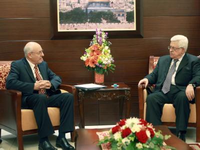 Netanjahus Gesandter Izchak Molcho im Gespräch mit dem Palästinenserpräsidenten Mahmud Abbas. Nach dem Treffen in Ramallah haben beide Parteien erneut ihren Friedenswillen bekräftigt. Foto: Thaer Ghanaim