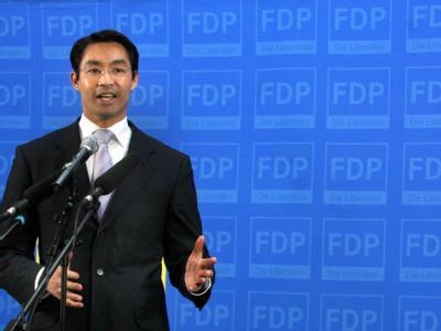 Der FDP-Vorsitzende Philipp Rösler kommentiert in der FDP-Parteizentrale in Berlin die ersten Hochrechnungen der Wahlen in Nordrhein-Westfalen. Foto: Stephanie Pilick