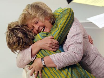 Rot-grünes Lebensgefühl in NRW: Hannelore Kraft und die Spitzenkandidatin von Bündnis 90/Die Grünen, Sylvia Löhrmann, feiern den Sieg. Foto: Martin Gerten Bildfunk+++
