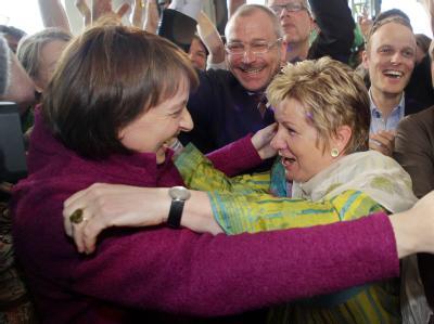 Grüne Freude: Spitzenkandidatin Sylvia Löhrmann (r.) feiert mit Gesundheitsministerin Barbara Steffens. Foto: Roland Weihrauch