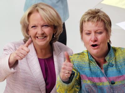 Hannelore Kraft (l) und die grüne Schulministerin Sylvia Löhrmann verhandeln über die Eckpfeiler der neuen Koalition. Foto: Martin Gerten
