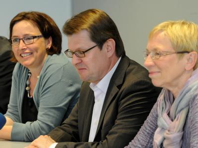 Spoorendonk (r) vom SSW, von Kalben von Bündnis90/Die Grünen (l) und Stegner von der SPD im Kieler Landeshaus bei einer Pressekonferenz. Foto: Carsten Rehder