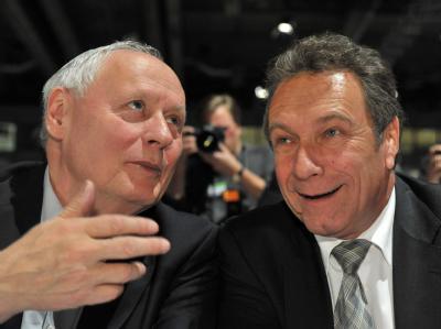 Der Linke-Vorsitzende Klaus Ernst (r) und sein Amtsvorgänger Oskar Lafontaine sprechen auf dem Bundesparteitag inErfurt miteinander. Foto: Martin Schutt/Archiv