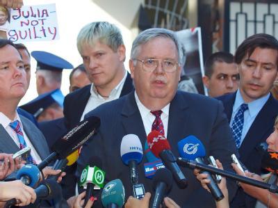 US-Botschafter John Tefft (M.) forderte erneut die sofortige Freilassung Julia Timoschenkos. Foto: Sergey Kozlov