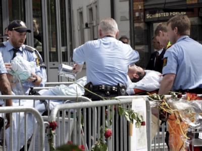 Vor dem Gericht in Oslo kümmern sich Sanitäter um den Mann, der sich selbst angezündet hatte. Foto: Berit Roald