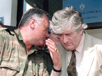 Ratko Mladic (l) spricht mit dem damaligen Führer der bosnischen Serben, Radovan Karadzic. Dieser muss sich bereits seit vier Jahren vor dem UN-Tribunal verantworten. Foto: EPA/Stringer/Archiv