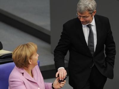 Bundeskanzlerin Angela Merkel und Bundesumweltminister Norbert Röttgen im Bundestag in Berlin. Foto: Rainer Jensen/Archiv