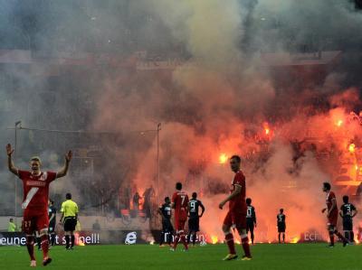 In Düsseldorf benahmen sich Berliner und Düsseldorfer Fans völlig daneben. Foto: Marius Becker