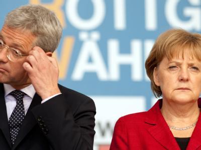 Röttgen und Bundeskanzlerin Merkel in Gelsenkirchen bei einer Wahlkampfveranstaltung. Merkel hat Bundesumweltminister Röttgen nach dem Wahldesaster der CDU in NRW entlassen. Foto: Bernd Thissen/Archiv