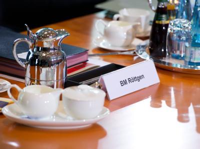 Ein Schild mit der Aufschrift «BM Röttgen» vor der Kabinettssitzung am Mittwoch. Foto: Soeren Stache