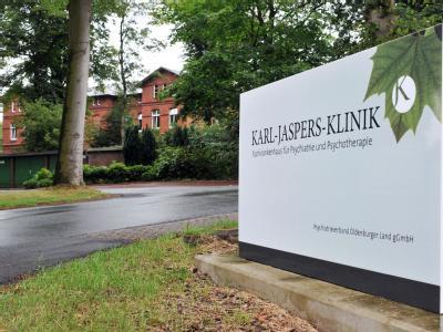 Der Eingangsbereich der Karl-Jaspers-Klinik in Wehnen (Landkreis Ammerland). Ein 22-jähriger Gewaltverbrecher war aus dem Maßregelvollzug der Karl-Jaspers-Klinik geflohen. Foto: Michael Bahlo