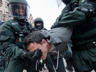 Polizisten räumen ein auf dem Römerberg in Frankfurt errichtetes Zeltlager der Occupy-Aktivisten. Foto: Boris Roessler