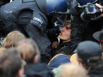 Ein Demonstrant wird auf dem Römerberg in Frankfurt am Main durch Polizeibeamte abgeführt. Foto: Arne Dedert