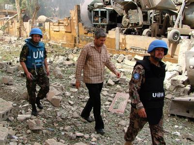 UN-Blauhelme machen sich ein Bild von der Zerstörung: Die Bombe explodierte in einem Fahrzeug auf einem Parkplatz in einem Militärgelände. Foto: Sana