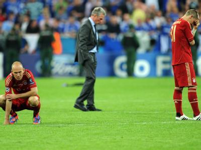 Nachdenkliche Gesichter: Arjen Robben (l.), Coach Jupp Heynckes und Bastian Schweinsteiger. Foto: Tobias Hase