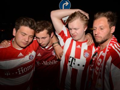 Tränen, Frust, Enttäuschung: München trauert nach dem verlorenen Elfmeter-Krimi im Champions-League-Finale gegen Chelsea. Photo: Felix Hörhager