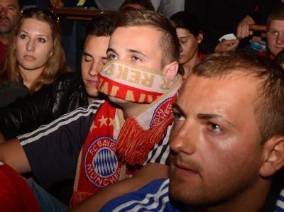 Ein ausgelassene Vorfeier, eine Zitterpartie bis ins Elfmeterschießen und schließlich grenzenlose Enttäuschung für die Bayern-Fans. Foto: Felix Hörhager